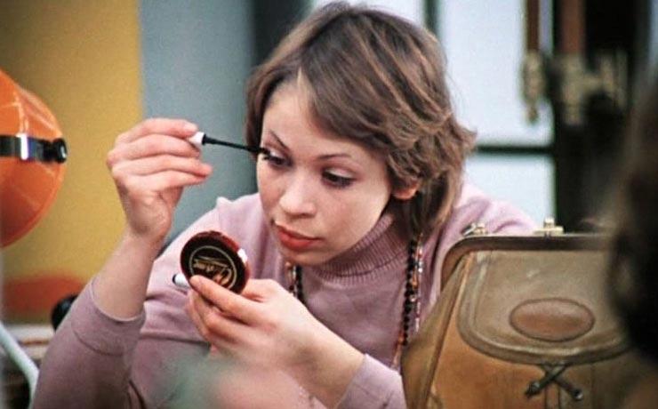 Тушь-плевалка, синие тени и другая косметика из СССР, которой красились наши мамы