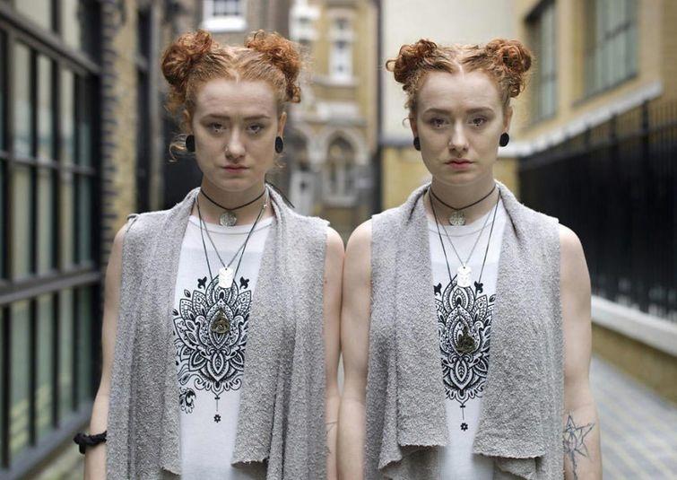 Фотограф снимает близнецов, чтобы показать их различия