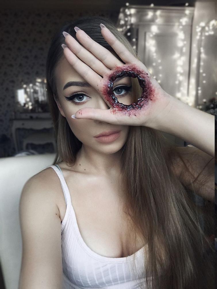 Год тому назад эта девушка поняла, что её страсть — это макияж. Жуткий макияж